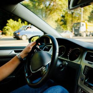 mão-masculina-no-volante-do-automóvel